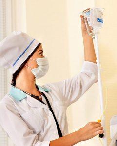 Медсестра с капельницей