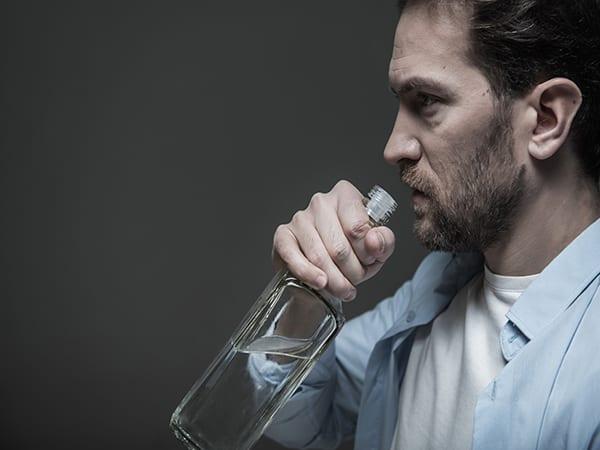 Фото человека с бутылкой