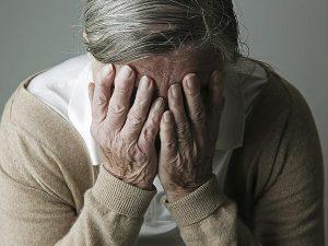 Мужчина с болезнью Альцгеймера