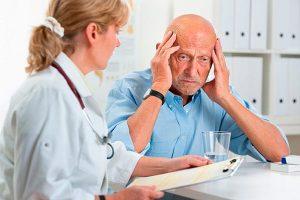 Психиатр с пожилым человеком