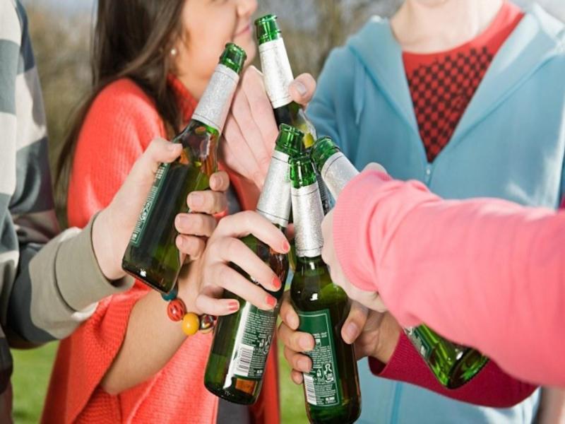 Подростки с бутылками пива