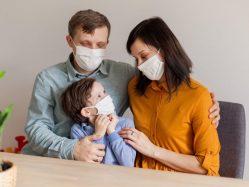 Семья в масках на изоляции